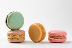 Quatre desserts de bonbon à macarons D'isolement sur le fond blanc image stock