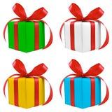 Quatre divers présents enveloppés d'argent de couleur par cadeau Image stock