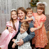 Quatre enfants étreignant la mère. Concept de la famille. Photo stock