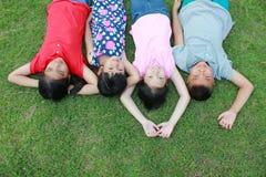 Quatre enfants ayant l'amusement dans le parc Image libre de droits
