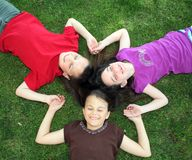 Quatre enfants caucasiens heureux Photos stock