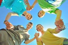 Quatre enfants retenant des mains Image libre de droits