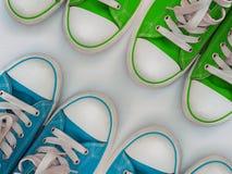 Quatre espadrilles de paires sur une surface en bois blanche Image stock
