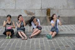 Quatre femelles chinoises appliquant le maquillage photographie stock libre de droits