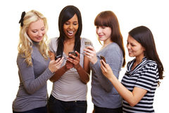Quatre femmes affichant des messages avec texte Photos libres de droits