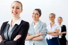 Quatre femmes d'affaires se tenant dans la rangée Images libres de droits