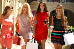 Quatre femmes de achat marchant dans la boutique Image stock