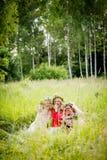 Quatre femmes portant rire de guirlandes Images libres de droits