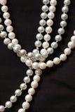 Quatre ficelles de perle marine blanche photos stock