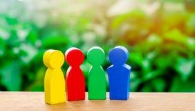 Quatre figures colorées de parler de personnes Coopération internationale, projet commun Le concept de la coopération et mutuel photos stock