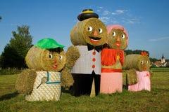 Quatre figures fabriquées à partir de des balles de paille Images libres de droits