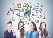 Quatre filles de l'adolescence pensant ensemble, media social Photo stock
