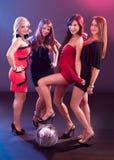 Quatre filles de sourire avec une bille de disco Photos stock