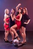 Quatre filles de sourire avec une bille de disco Photo libre de droits