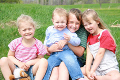 Quatre filles heureuses. Photo stock