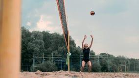 Quatre filles jouant le volleyball sur la plage Volleyball de plage, filet, femmes dans des bikinis Illustration plate de bande d banque de vidéos