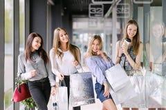 Quatre filles marchant au mail Photos stock