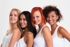 Quatre filles se tenant dans une rangée Photographie stock libre de droits
