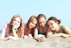 Quatre filles sur une plage Photographie stock