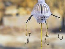 Quatre flotteurs colorés intéressants avec des crochets pour la pêche Photos libres de droits