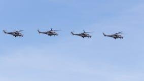 Quatre formation militaire de vol des hélicoptères Mi-35 sur le ciel bleu Photos stock
