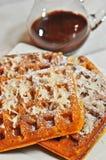 Quatre fraîchement cuits au four, fait maison, gaufres de noix de coco avec de la sauce aigre-douce à chololate photo stock