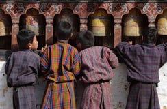 Quatre garçons dans la robe traditionnelle, appelée le gho Photos libres de droits