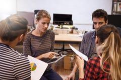 Quatre gens d'affaires dans de motivation Photo libre de droits