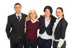Quatre gens d'affaires se blottissant dans une ligne Photos libres de droits
