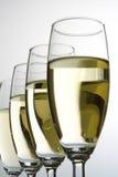 Quatre glaces de vin avec du vin blanc photographie stock libre de droits