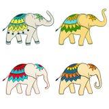 Quatre grands éléphants d'Asie dedans différemment Images stock