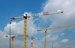 Quatre grues sur un chantier de construction image stock