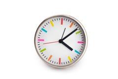 Quatre heures sur les horloges murales blanches Photos libres de droits