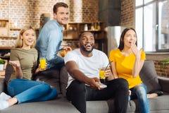 Quatre heureux amis attirants ayant l'amusement ensemble Photos libres de droits