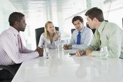 Quatre hommes d'affaires ayant le contact Photo libre de droits