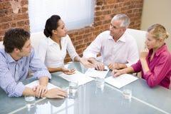 Quatre hommes d'affaires lors du contact de salle de réunion Image libre de droits