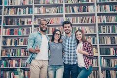 Quatre jeunes célibataires attirants internationaux futés réussis a Photo stock