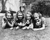Quatre jeunes femmes se trouvant dehors avec des poussins de bébé (Toutes les personnes représentées ne sont pas plus long vivant Photos stock