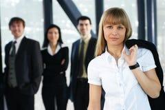 Quatre jeunes personnes d'affaires restent en équipe Photo libre de droits