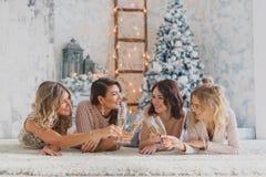 Quatre jolis amis joyeux célébrant la fête d'anniversaire de nouvelle année ou, ont l'amusement, alcool de boissons, dansant Visa Photographie stock