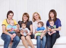 Quatre mères avec des enfants en bas âge Photo libre de droits