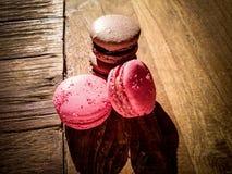 Quatre macarons français sur en bois Photo libre de droits