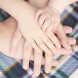 Quatre mains de la famille ensemble Image libre de droits