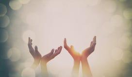 Quatre mains sur le coucher du soleil Photos stock