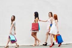 Quatre meilleurs amis de femmes avec des paniers Photographie stock