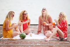 Quatre meilleurs amis de femmes riant et ayant l'amusement Images stock