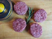 Quatre mini hamburgers crus photos libres de droits
