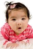 Quatre mois de chéri s'étendant sur le tapis Photo stock