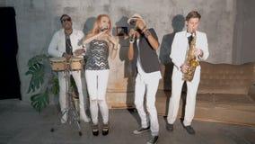 Quatre musiciens exécutent dans une boîte de nuit Mouvement lent banque de vidéos