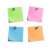 Quatre notes collantes lumineuses clouées Photographie stock libre de droits